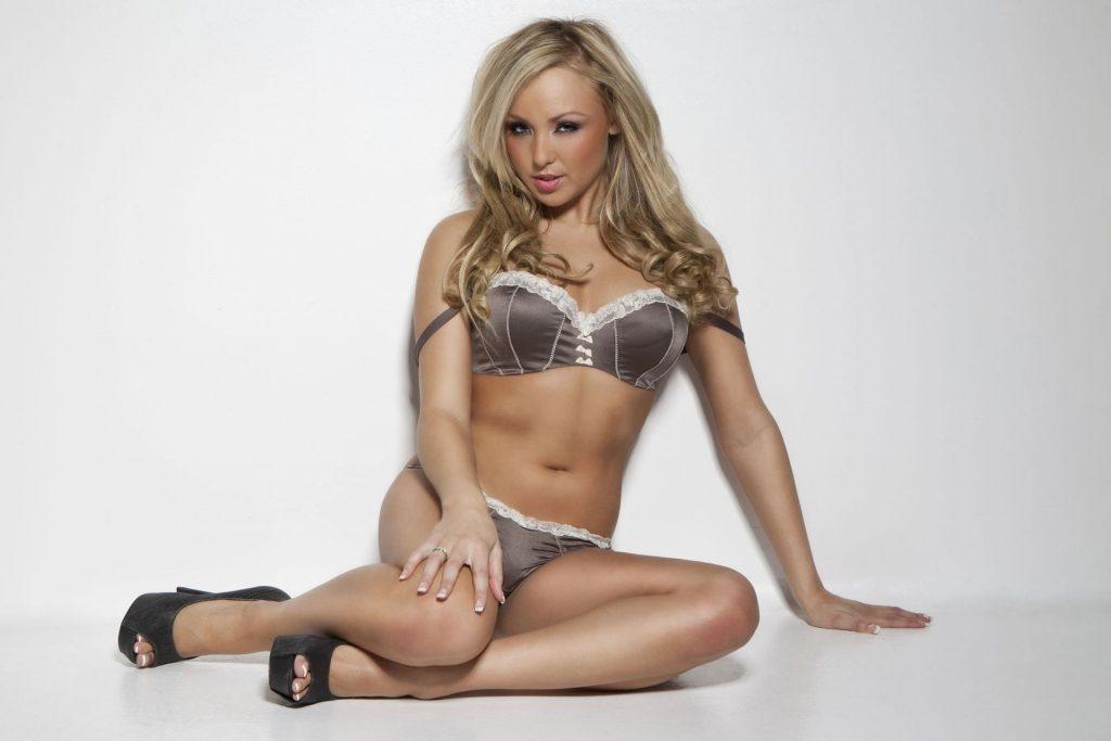 Danielle Kedward Topless (5 Photos)